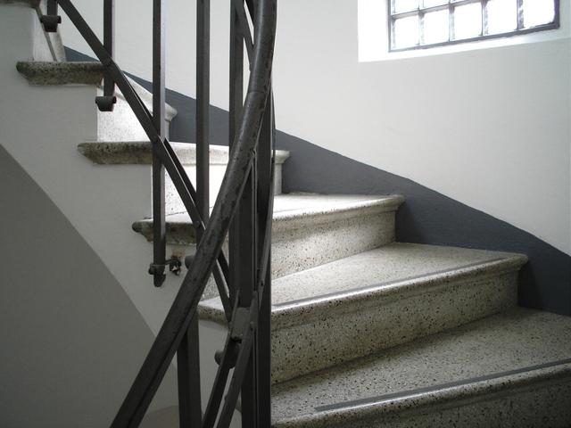 Biele schody, čierne zábradlie
