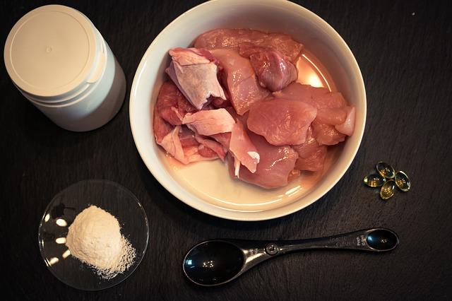surové mäso v miske.jpg
