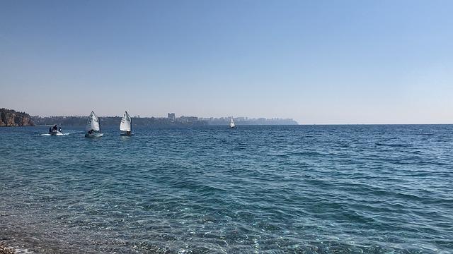 morská krajina s loďkami