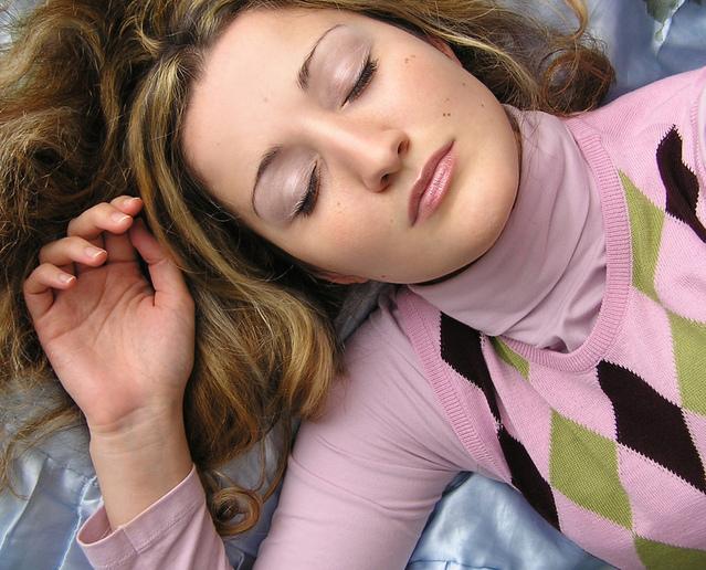 Spiaca žena, ružový sveter