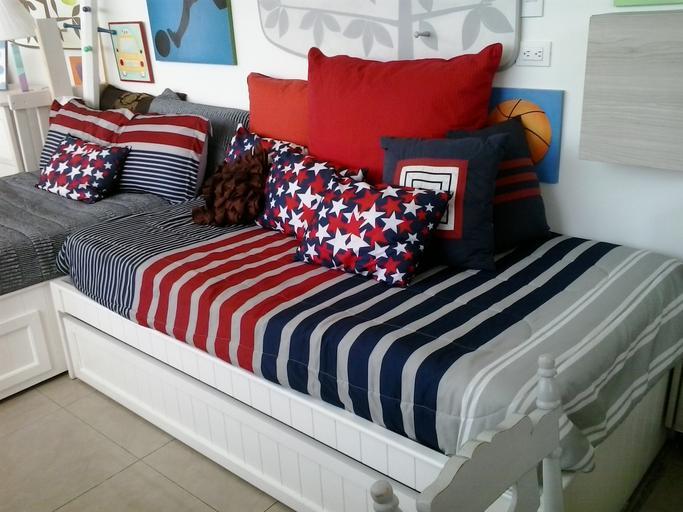 Posteľ, matrac, vankúše, červeno-modro-biele sfarbenie