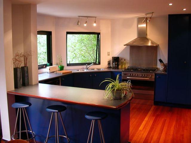 Kuchyňa s veľkou linkou, veľkými oknami, sporákom a stolom