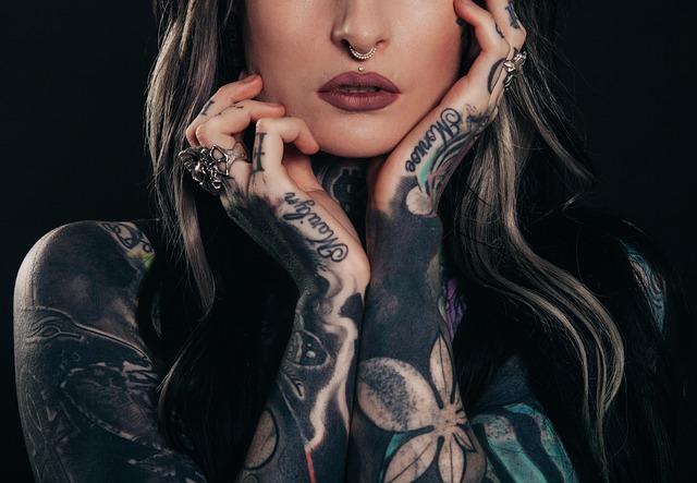 Žena s potetovaným telom a rukami so šperkami.jpg