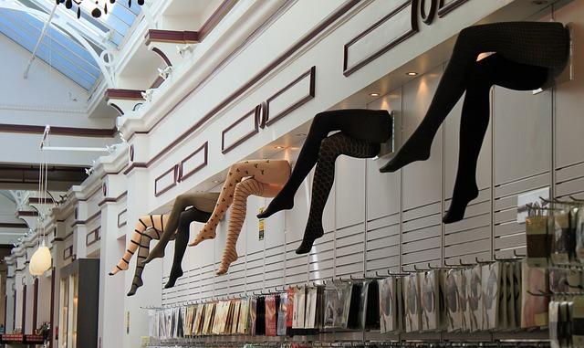 Plastové figuríny ženských nôh s pančuchami, zavesené na stene.jpg