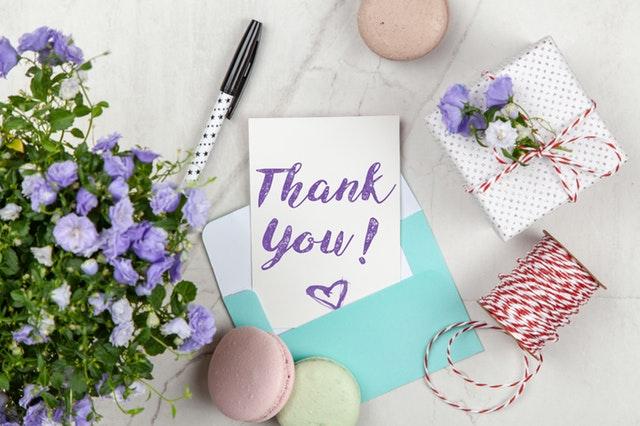 Fialové kvety, tyrkysová obálka, karta s nápisom thank you.jpg