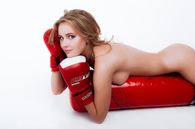 Nahá žena v červených boxovacích rukaviciach.jpg