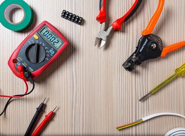 Nástroje na opravu elektriny a merací prístroj na stole