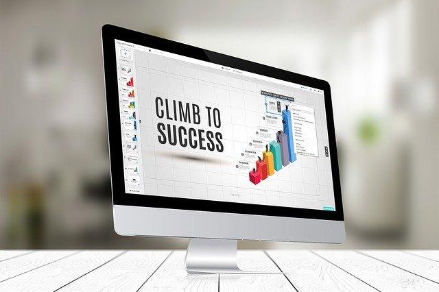 Obrazovka počítača s grafom a nápisom climb to succes